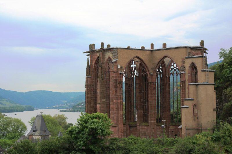 Kirchenruine am Rhein