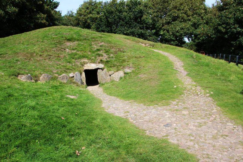 Steinkammergrab und Grabhügel betreten