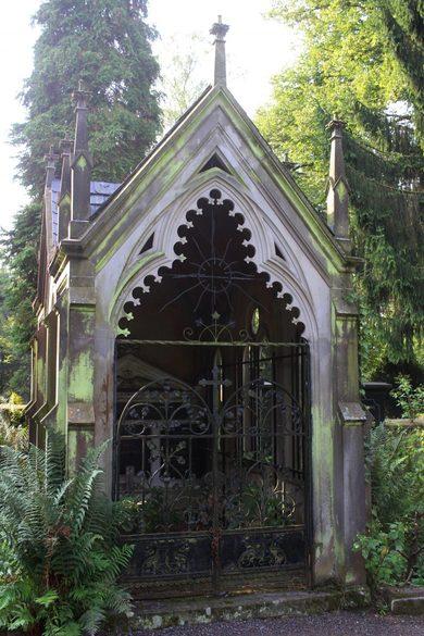 Friedhof mit Mausloeum in Norddeutschland