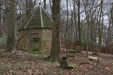 Haller Waldgrabstätten – versteckt, verfallen und wirklich ein wenig spooky