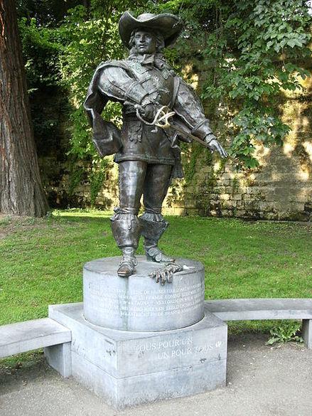 450px-Statue_of_D-2527Artagnan.JPG