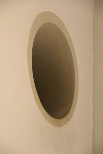 Loch in der Wand in der Kunsthalle Bremen