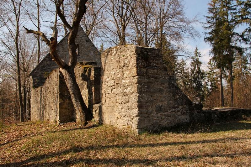 Kapellenruine in Thüringen, Ruine bei Hildburghausen, Südthüringen, Kultstätte, heidnischer Ort, Südthüringen