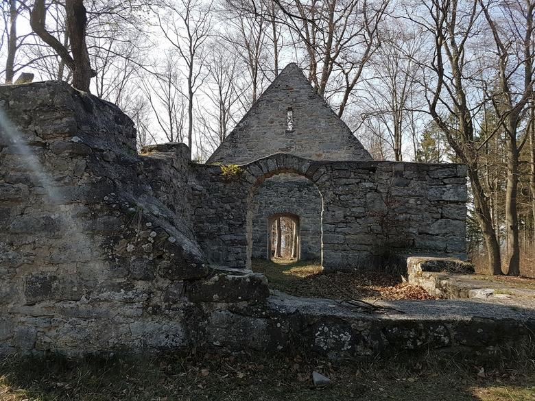 Kapellenruine in Thüringen, Kirchenruine in Thüringen, heidnischer Kultplatz
