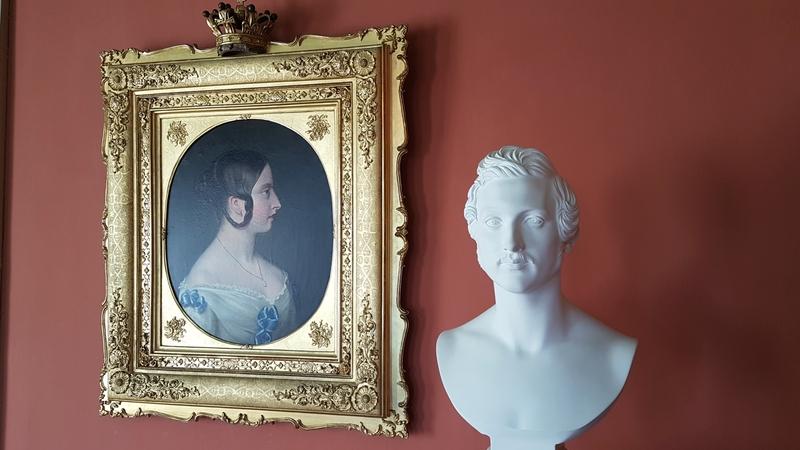 Portrait von Victoria und Büste von Albert im Schloss Rosenau
