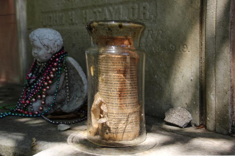Brief auf einem alten Grabstein