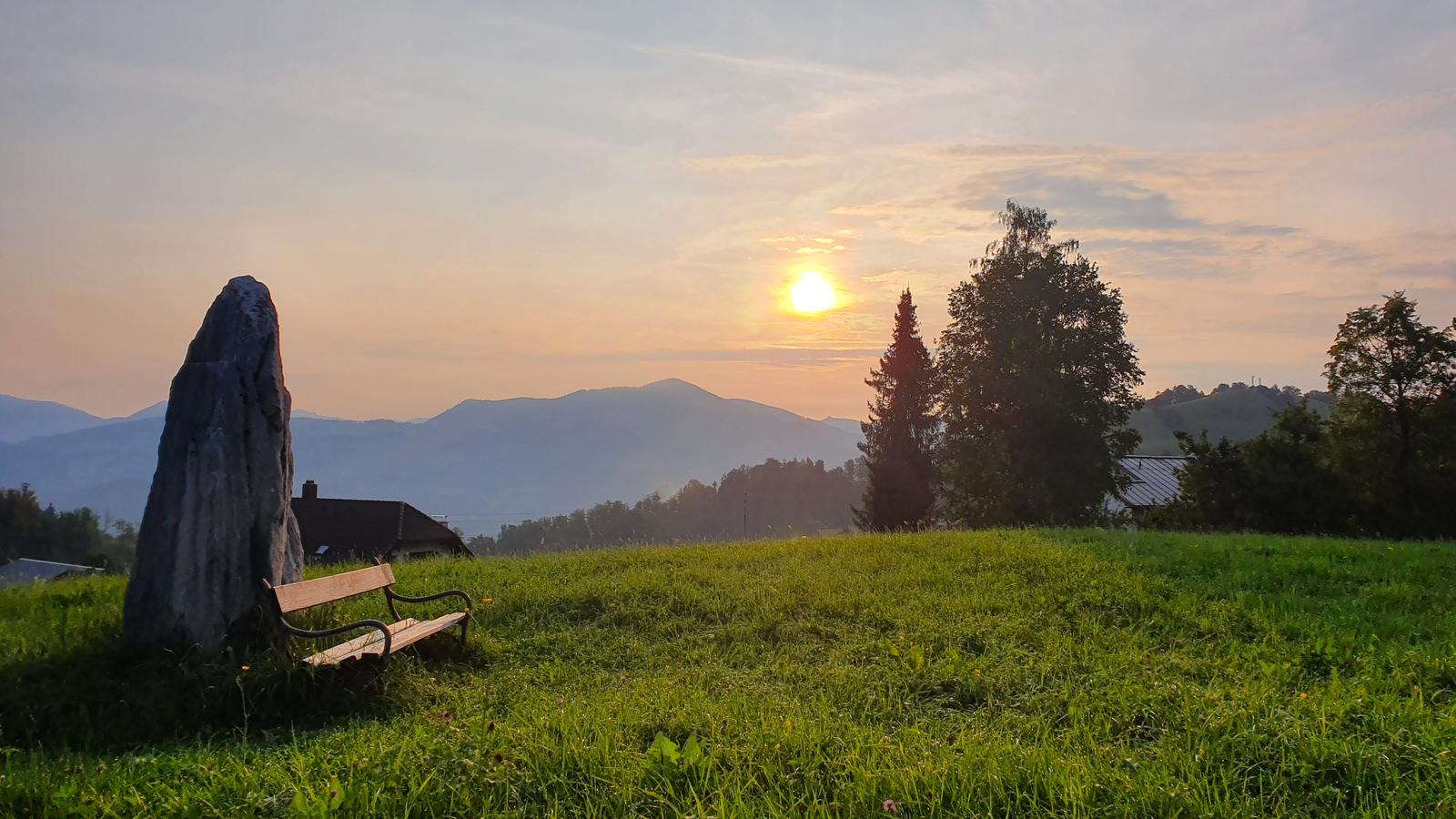 Menhir Österreich, Megalith, Landschaft im Salzkammergut, Sonnenaufgang in den Bergen