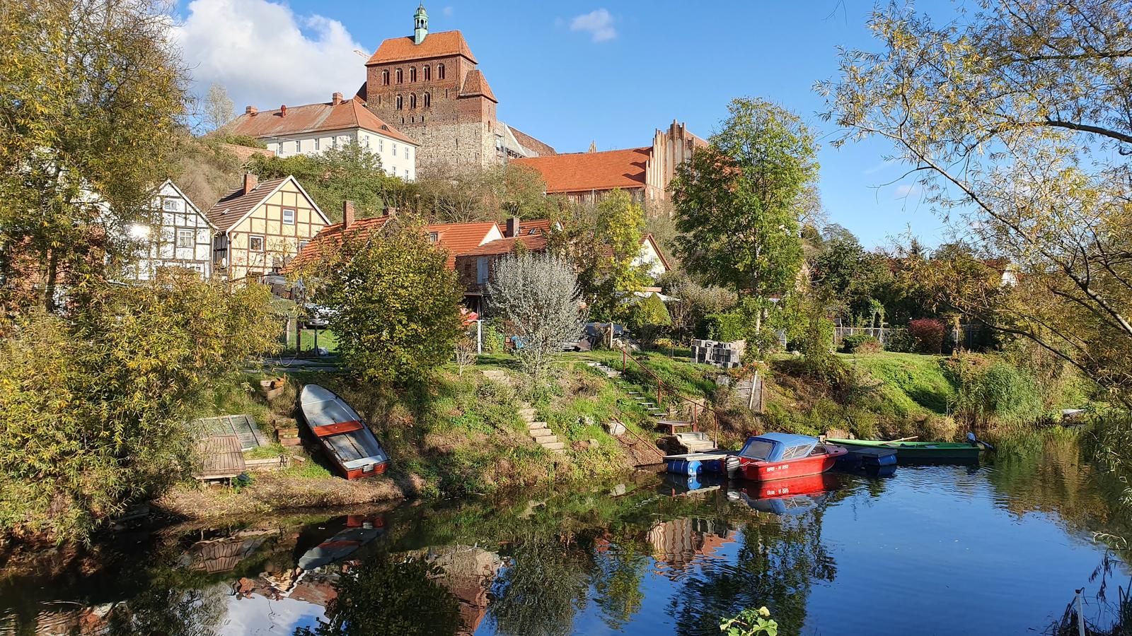 Romanischer Dom von Havelberg mit der Havel im Vordergrund, der Dom liegt auf einem kleinen Hügel.
