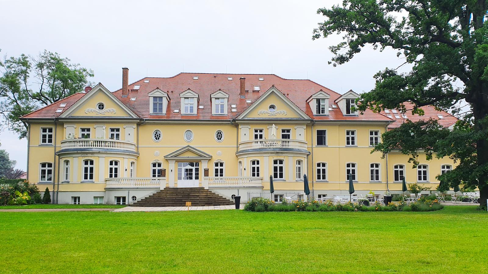Gut Saunstorf ist heute ein Hotel und gleichzeitig ein Kloster. Übernachten in einem Gutshaus in Mecklenburg-Vorpommern